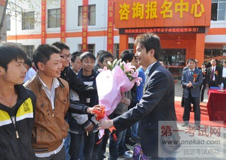 云南新东方毕业学子和老师告别图片
