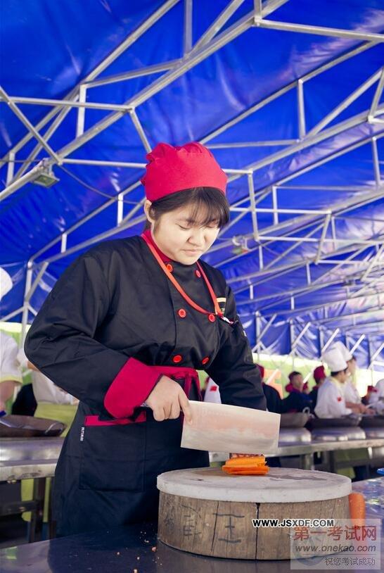 江苏新东方烹饪学校:张郁--女生大厨的巾帼顶级卷玫瑰小烫发图片